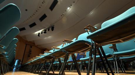 Die leeren Stuhlreihen der Gersthofer Stadthalle symbolisieren die vielen Veranstaltungsabsagen wegen des Coronavirus. In vielen Geschäften im Augsburger Land war dagegen am Samstag die Hölle los.