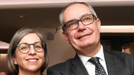 Gespannt verfolgte Amtsinhaber Michael Wörle mit seiner Frau Monika die Auszählungsergebnisse am Wahlabend. Am Sonntag muss er in die Stichwahl.