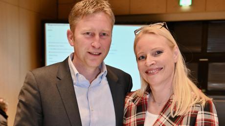 Seine Ehefrau gehörte zu den ersten Gratulanten: Richard Greiner ist als Bürger-meister in Neusäß wiedergewählt worden. Foto: Andreas Lode