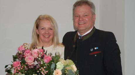 Groß ist die Freude bei Toni Brugger über die Wiederwahl als Bürgermeister von Thierhaupten. Als Dank für ihre Unterstützung hatte er für seine Frau einen extra großen Blumenstrauß organisiert.