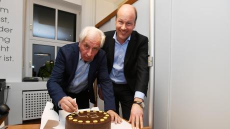 Von CSU-Urgestein Max Strehle (links) gab es einen Kuchen für Wahlsieger Martin Sailer.