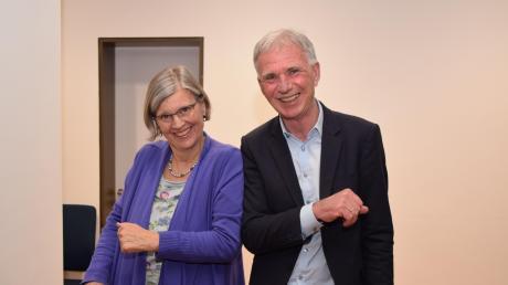 Gratulation in Zeiten der Coronakrise. Margit Stapf (Grüne) gibt Bürgermeister Lorenz Müller einen keimfreien Ellbogencheck zum klaren Sieg.