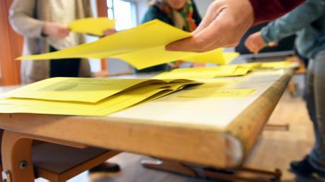 Die Aystetter Wähler haben eine spannende Entscheidung getroffen. Die Freien Wähler haben Federn gelassen: Ihr Bürgermeister muss in die Stichwahl.