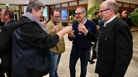 In der Schul-Aula gratulierten am Sonntagabend die Parteikollegen dem alten und neuen Diedorfer Bürgermeister Peter Högg (Wir für Diedorf).