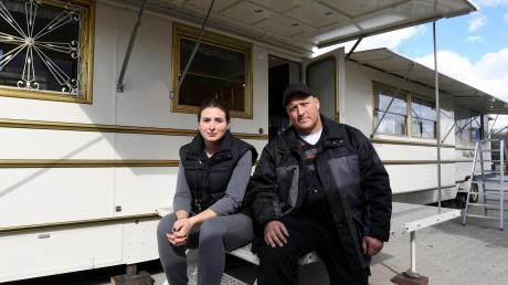 Stefanie Schmidt und ihr Mann Philipp Meeß wollten ihren Wohnwagen schon für die Sommersaison und das Leben auf Festen herrichten, als der Osterplärrer abgesagt wurde.