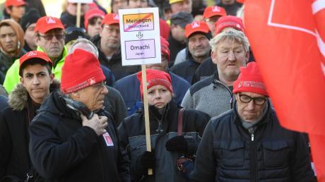 Mitarbeiter von Showa Denko in Meitingen protestierten, als die SChließung des Standorts bekannt gegeben wurde.
