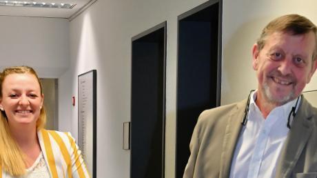 Die beiden Wahlhelfer in Neusäß bringen Urnen mit Stimmzetteln zur Auszählung.