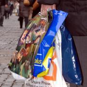 Lebensmittel darf man gerade einkaufen, vieles andere wegen Corona nicht. Nun erwischte die Polizei in Friedberg aber Kunden dabei.