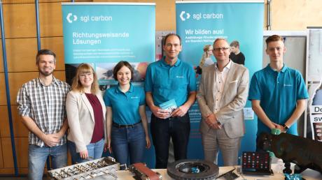 Katharina Mokry (Zweite von links) und Realschuldirektor Michael Kühn (Zweiter von rechts freuen sich über die große Nachfrage am Berufsinfotag der Realschule in Meitingen.