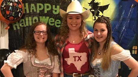 Sophie Krebs (Mitte) aus Zusmarshausen ist gerade über ein Austauschprogramm in Texas. Hier war sie im vergangenen November mit ihren Gastgeschwistern auf einer Halloweenparty.