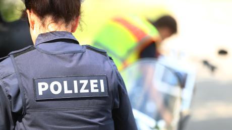 Die Polizei hat ein Firmengebäude in Meitingen durchsucht, zwei Personen wurden verhaftet.