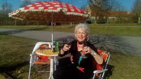 Statt Geburtstagsfeier hat Brigitte Höher in Ziemetshausen am Donnerstag noch vor der Ausgangsbeschränkung mit ihrem Mann bei einem Picknick angestoßen.
