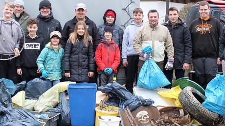 Unmengen von Abfall, Müll und Unrat, darunter sogar ein Fahrrad, wurden von elf Jungfischern und sechs Betreuern des Meitinger Fischervereins am westlichen Uferstreifen des Lechs und an zehn Gewässern aufgelesen.