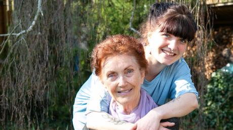 Ulla Kling plaudert gerne mit ihrer Enkelin Ricarda Schmidbauer.