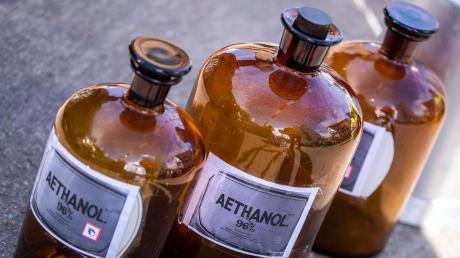 Um den Mangel an Desinfektionsmittel zu lindern, appelliert das Landratsamt Augsburg an Firmen und Betriebe in der Region, die Rohstoffe Isopropanol und Ethanol wenn möglich zur Verfügung zu stellen.