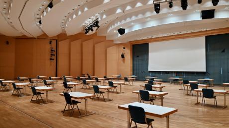 Alles gerichtet für den Stadtrat: So war am Mittwochabend aufgestuhlt in der Stadthalle zu Gersthofen. Sie fasst normalerweise rund 900 Besucher.