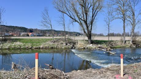 Zum Schutz vor Hochwasser wird die Schmutter bei Westendorf derzeit renaturiert. Es entstehen zwei neue Flussschleifen und ein 700 Meter langer Hochwasserschutzdeich.