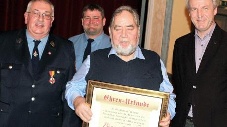 Für seine Verdienste im Feuerwehrwesen Benno Leichtle (Zweiter von rechts) von Vorstand Gerhard Neuner, Kommandant Hans Wiedemann und Bürgermeister Steffen Richter (links) zum Ehrenkommandant ernannt.