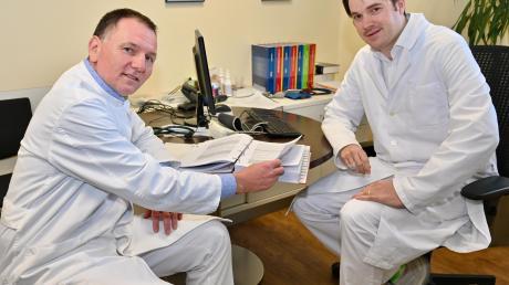Versuchen, mit einem Spendenaufruf die Ausstattung der Hausärzte im Kreis zu verbessern: Sören Dülsner (links) und Alexander Stöckl.