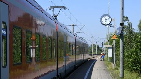 Am Bahnhof Gessertshausen handelten sich vier Menschen Ärger wegen der Corona-Bestimmungen ein.