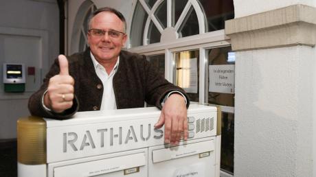 Edgar Kalb bleibt Bürgermeister in Dinkelscherben. Mit 54,8 Prozent der Stimmen wurde er am Sonntagabend wiedergewählt.