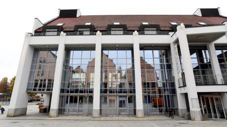 Ab 22 Uhr werden die Gersthofer Stadthalle und andere Gebäude im Zentrum rot leuchten.