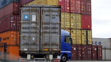Container-Stapel im Güterverkehrszentrum: In einigen Bereichen haben die Speditionen alle Hände voll zu tun und müssen Gas geben.