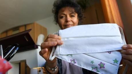 """Aus der Änderungsschneiderei """"Flink"""" in Gersthofen ist durch die Corona-Krise ein Familienunternehmen geworden. Fatma Kilic produziert mit Unterstützung ihres Mannes und der drei Kinder nun Schutzmasken aus Baumwollstoffen."""