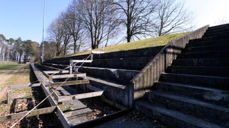 Die Tribüne des Sportplatzes am Galgenberg kann saniert werden. Der Sportverein möchte die Betonstufen, die vor sich hin bröckeln und inzwischen gefährlich für die Besucher sind, zum Teil abtragen und zum Teil überbauen.