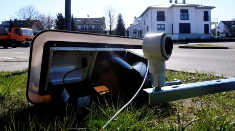 Ein Lastwagen hat am Donnerstagmorgen in Diedorf eine Ampel gestreift und dabei stark beschädigt.