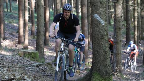 """Unser Autor Tobias Karrer hat 2018 selbst Mountainbiken ausprobiert – damals für unsere Serie """"Fit wie ein Turnschuh"""". Aktuell werden die Aktivitäten von Radlern, die sich trotz Corona in größeren Gruppen in den Wäldern rund um die Deuringer Heide bewegen, kritisiert."""