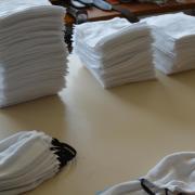 Das Familienunternehmen Kreidenweis aus Hammel, das normalerweise Ledergürtel anfertigt, stellt nun Schutzmasken aus Stoffwindeln für die Uniklinik her.