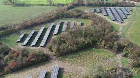 Der neue LEW-Solarpark in Gersthofen besteht aus vier Modulfeldern und fügt sich so schonend in die bestehende Landschaft.
