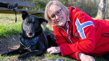 Eva Leibacher und ihr Hund Luke sind ein eingespieltes Team. Jeden Tag sind sie draußen unterwegs. Dabei verteilen sie mehrmals die Woche bunt bemalte Steine.