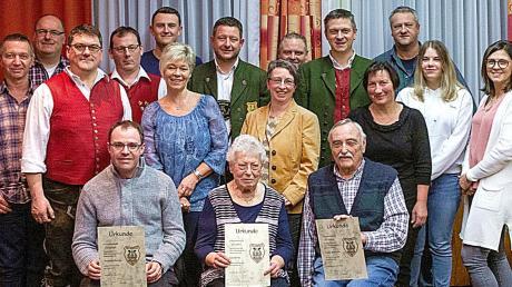 Der neue Vorstand ehrte bei seiner ersten Amtshandlung mehrere Mitglieder, darunter (sitzend von links) Andreas Bestle, Maria Filz, Heinz Schroth.
