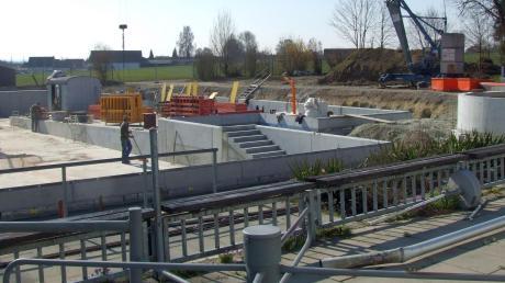 Deutlich sind die Baufortschritte beim Freibad zu erkennen. Die Betonarbeiten kommen demnächst zum Abschluss. Im Juli sollen sich dort bereits Badegäste tummeln.