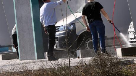 Sein Auto als Freizeitvergnügen zu waschen, ist derzeit verboten.