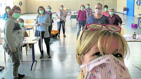 Ansonsten fertigen die Wilden Weiber von Agawang Faschingskostüme – doch in der Corona-Krise haben sie sich neu orientiert: Jetzt stellen die Frauen kreative Mundschutz-Masken her.