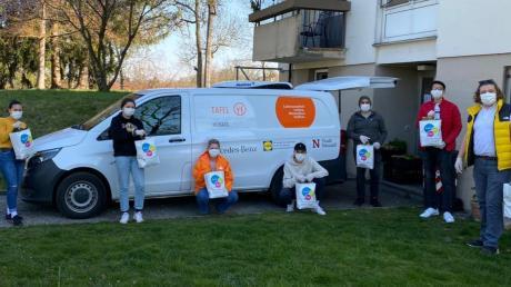 Der Jugendbeirat der Stadt Neusäß engagiert sich für die Tafel, packt Lebensmittel und liefert sie aus.