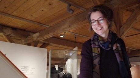 """Die Museumsmitarbeiterin Dorothee Pesch erläutert einzelne Exponate der Dauerausstellung """"Tradition und Umbruch""""."""