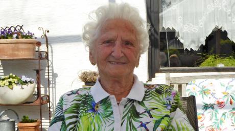 Wilhelmine Geiger genießt die sonnigen Tage im Garten. Ihren 100. Sie blickt auf ein bewegtes Leben mit viel Freude zurück.