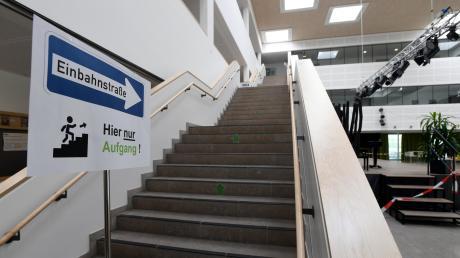 """""""Einbahnstraßen"""" sollen dafür sorgen, dass sich die Schüler auf den Treppen nicht begegnen."""