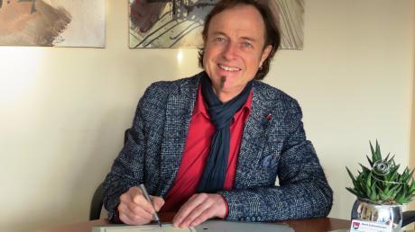 Eine Sportlerehrung mal ganz anders: Bürgermeister Bernhard Uhl unterzeichnet alle Briefe und Urkunden, um wenigstens auf schriftlichem Weg gratulieren zu können.
