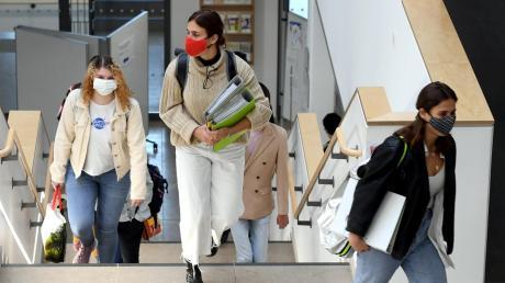 """Auf der """"Himmelsleiter"""", im Gebäude der FOS/BOS in Neusäß, ging es nur in eine Richtung – nach oben. Das Einbahnkonzept in den Fluren und auf den Treppen gehört zum Hygieneplan der Schule. Die Masken sollen bis zum Klassenzimmer getragen werden."""