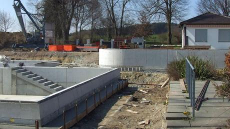 Die Gemeinde Kutzenhausen hat eine hohe Kreditaufnahme beschlossen. Geschuldet wird sie den großen Investitionen, unter anderem dem Neubau von Feuerwehrhaus und Bauhof sowie der Erneuerung des Beckens im Freibad.
