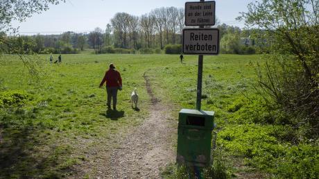 Für die Entsorgung des Beutels mit dem Hundekot hat die Stadt Neusäß eigene Abfalleimer aufgestellt.