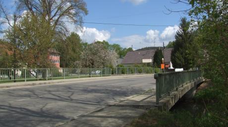 Die Schmutterbrücke im Fischacher Ortsteil Siegertshofen wird umfangreich saniert. Das hat Folgen für den Verkehr.