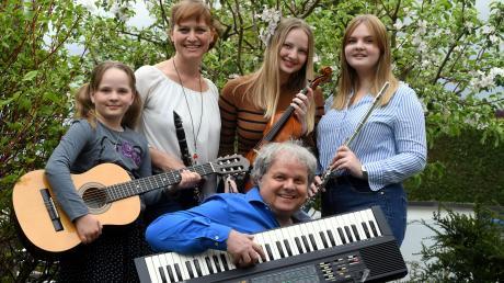Bei Familie Meyer spielt jeder ein Instrument: (von links) Johanna, Kathrin, Susanne, Isa und sitzend Andreas Meyer.