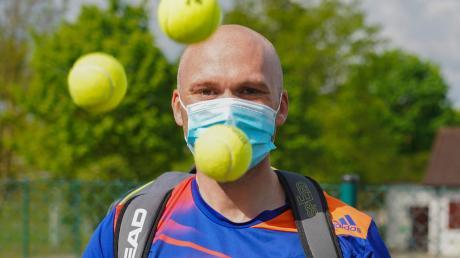 Fabian Mehring mit Maske vor gesperrter Tennisanlage.