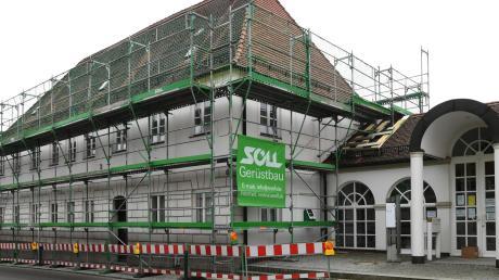 Eingerüstet ist das Dinkelscherber Rathaus für die anstehenden Bauarbeiten. Im Moment wird die Heizung erneuert.